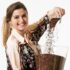 Sidonie Descheemaeker laat met Chukwa zien hoe lekker de cacaoschil is